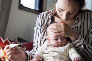 Këshilla e mjekëve: Mënyra efikase si ta largoni temperaturën e lartë te fëmijët