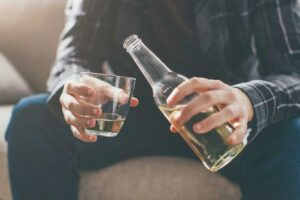 Ata që e marrin vaksinën anti-covid, duhet të ndalojnë rreptësisht alkoolin