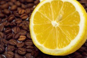 Pse shumë njerëz po konsumojnë kafe me limon? Ky është efekti i saj