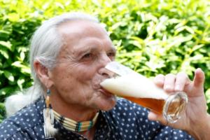 Birra përmirëson kujtesën, zvogëlon stresin