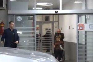 Policia interviston burrin që e goditi gruan në hyrje të QKUK-së