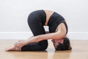 Kjo pozitë e jogës ndihmon në rregullimin e hormoneve: Ushtrimi për funksionim të drejtë të gjëndrës tiroide