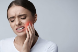 9 mënyra si ta trajtoni dhimbjen e dhëmbit gjatë natës