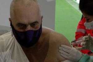 Edi Rama merr vaksinën kundër COVID-19