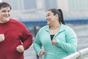Personat mbipeshë janë më të lumtur