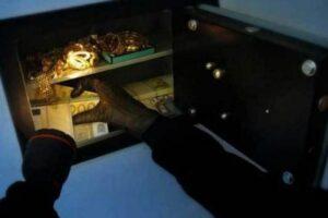 Hajnat e lidhin një grua dhe nën kërcënimin armës ia vjedhin kasafortën në Kaçanik