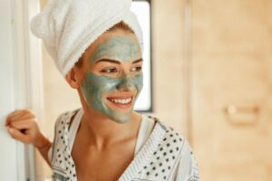 Trajtimet e fytyrës duhen para apo pas dushit? Ja ç' duhet bërë për efekt maksimal