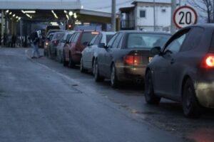 Kolona të gjata në Merdar, deri në 90 minuta janë pritjet e mërgimtarëve për të dalë nga Kosova