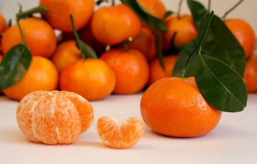 Roli i mandarinave kundër zbardhjes së flokëve