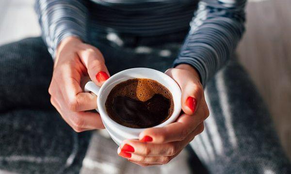 Tri arsye pse duhet ta filloni ditën tuaj me kafe në vend të çajit