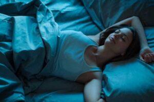 Të flini në dhomë të ftohtë mund t'iu ndihmojë të dobësoheni