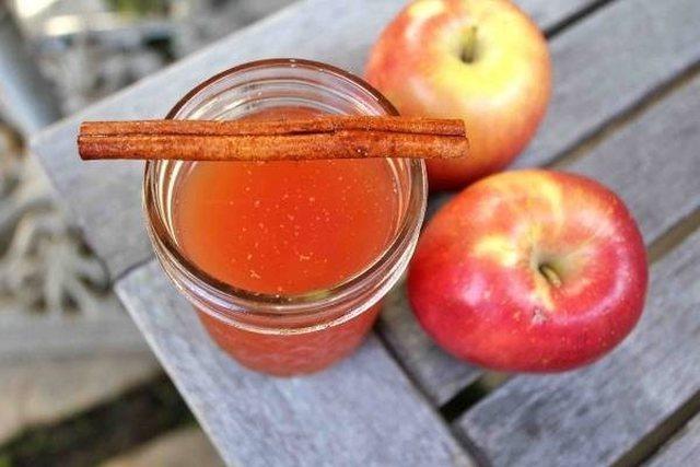 Qetësoni djegiet e stomakut me këtë pije me bazë mollësh