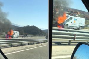 Merr flakë një veturë në autostradën Prishtinë-Prizren