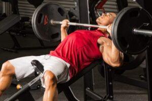 Mënyra e vetme më e drejtë se si bëhet 'bench-press' për të ndërtuar pjesën e sipërme të trupit