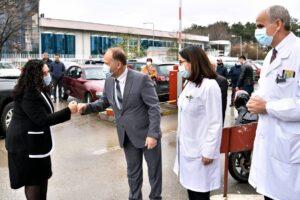 Presidentja Vjosa Osmani dhe ministri i Shëndetësisë Arben Vitia, vizitojnë Klinikën Pediatrike në QKUK
