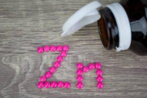 Ndihmon në luftën kundër viruseve dhe baktereve: Kur është koha më e mirë për të pirë zink gjatë ditës?