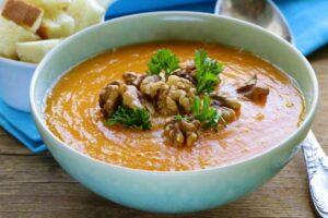 Receta e veçantë e supës me arra dhe hudhra