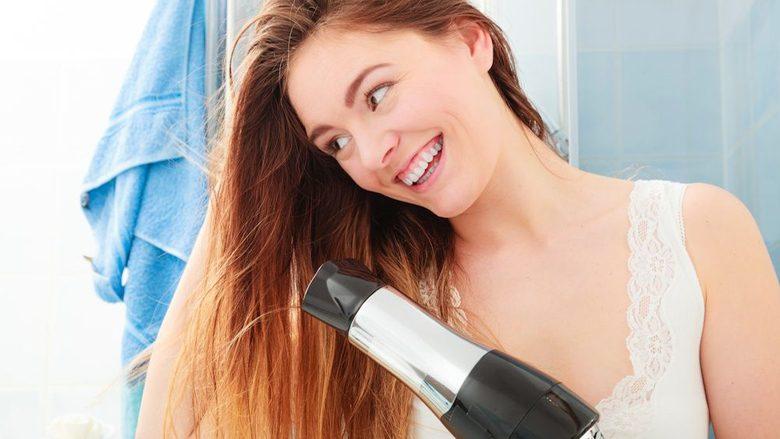 Si t'i thani flokët si një profesioniste e vërtetë: Këtë hile duhet patjetër ta dijë çdo grua!