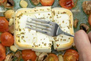 Makarona të pjekura me djathë feta