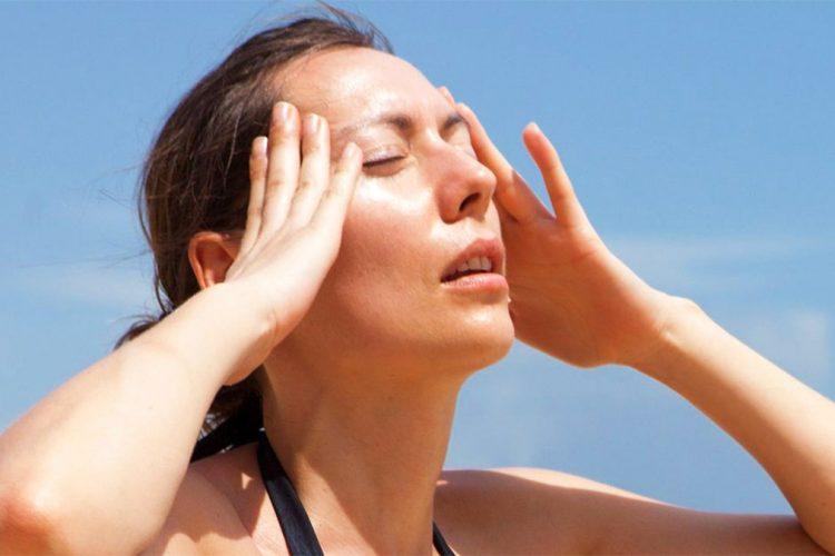 Dhimbja e kokës nga vapa – Si duhet të kujdeseni per ta parandaluar