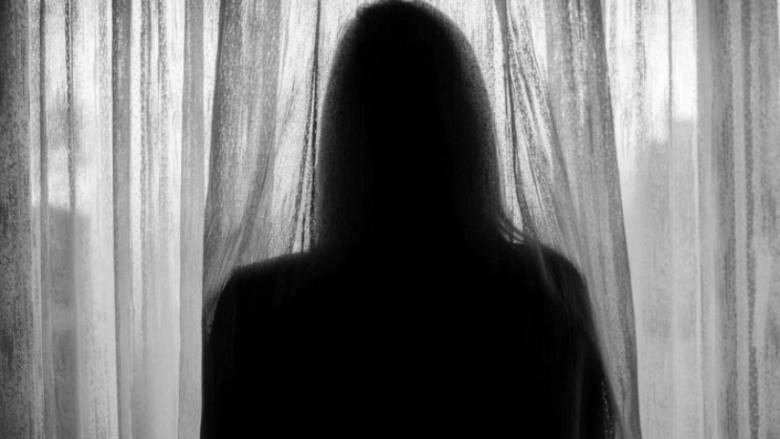 """""""Nuk po mundem të marr frymë"""" – Rrëfimi i juristes nga Mitrovica që përjetoi dy vjet dhunë nga bashkëshorti"""