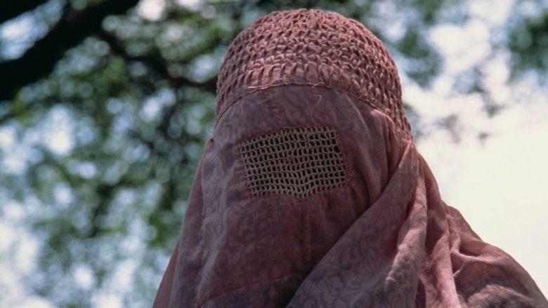 Rrëfimi i nënës vetushqyese, tregon tmerrin në Afganistan pas ardhjes në pushtet të talebanëve: Burrat e armatosur deshën të ma marrin vajzën
