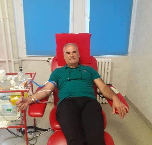 Kirurgu i Spitalit të Pejës, dr. Fazli Shala, dhuron gjak për një koleg të tij që është në gjendje të rëndë shëndetësore