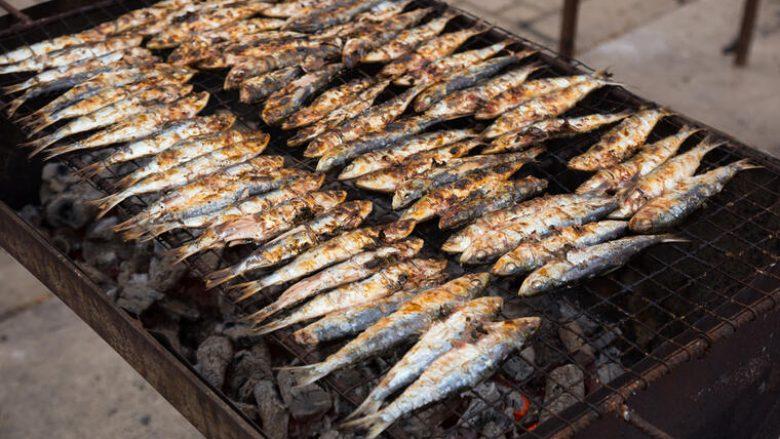 Sardele të pjekura në skarë: Zgjedhja e shkëlqyeshme për adhuruesit e peshkut!
