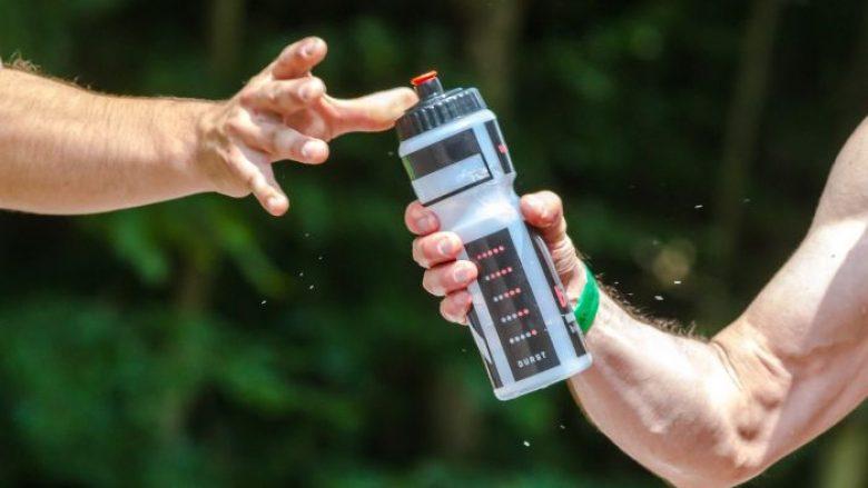 Trajnerët këshillojnë se si të llogarisni sa ujë duhet të pini pas stërvitjes