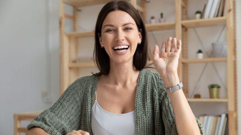 Nëse ndiheni në humor të keq, kjo do t'ju ndihmojë: Një pozicion i trupit mund të bëjë mrekulli dhe të sjellë lumturi në pak sekonda