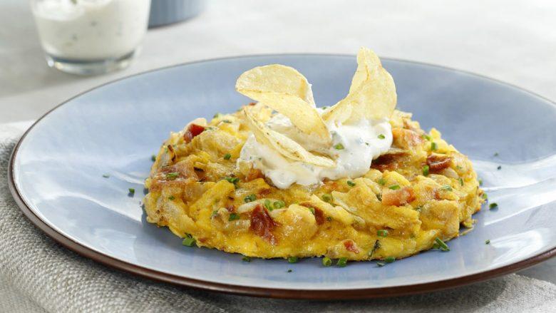 Vezët dhe çipsi janë kombinim i shkëlqyeshëm për omëletën më të shijshme