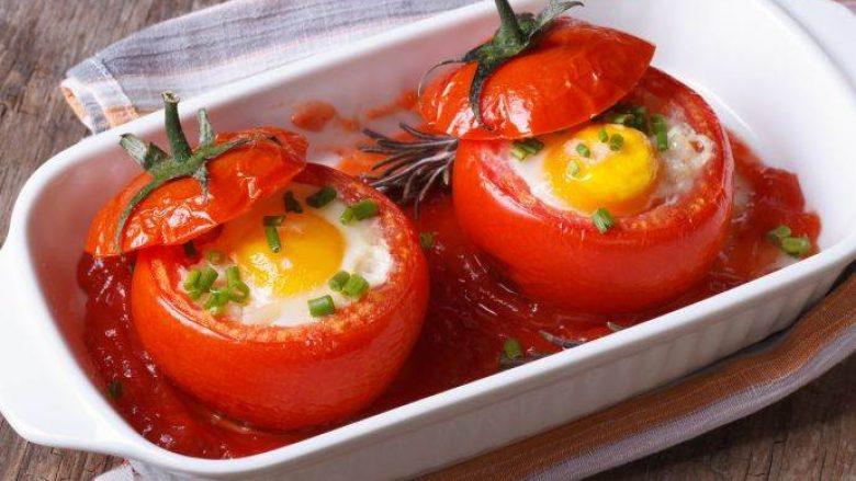 Për 15 minuta: Domate të mbushura me vezë