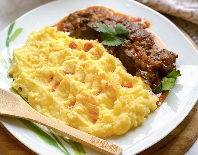 Mëlçi viçi me qepë të shoqëruara me pure patatesh