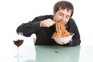 Ky është orari ideal për të ngrënë darkë; Oraret e tjera ndikojnë në shëndetin e zemrës