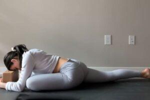 Një ilaç për stresin më të madh: Gjysmë ore ushtrime joga për të relaksuar të gjithë trupin