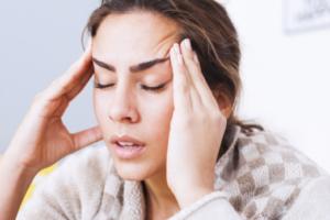 Dhimbjet e kokës – arsyet shëndetësore që i shkaktojnë